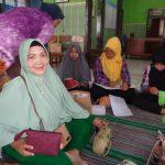 Ny. Indah Agus Sutrisno memamerkan hasil karya Ibu-ibu PKK