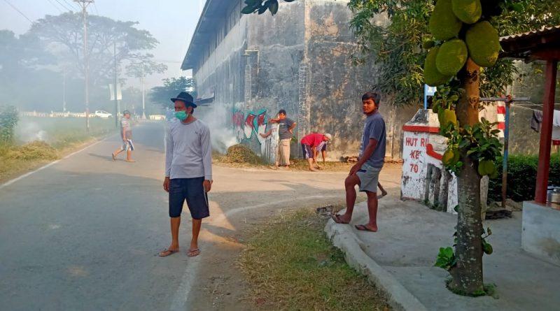 besih-bersih jalan utama desa